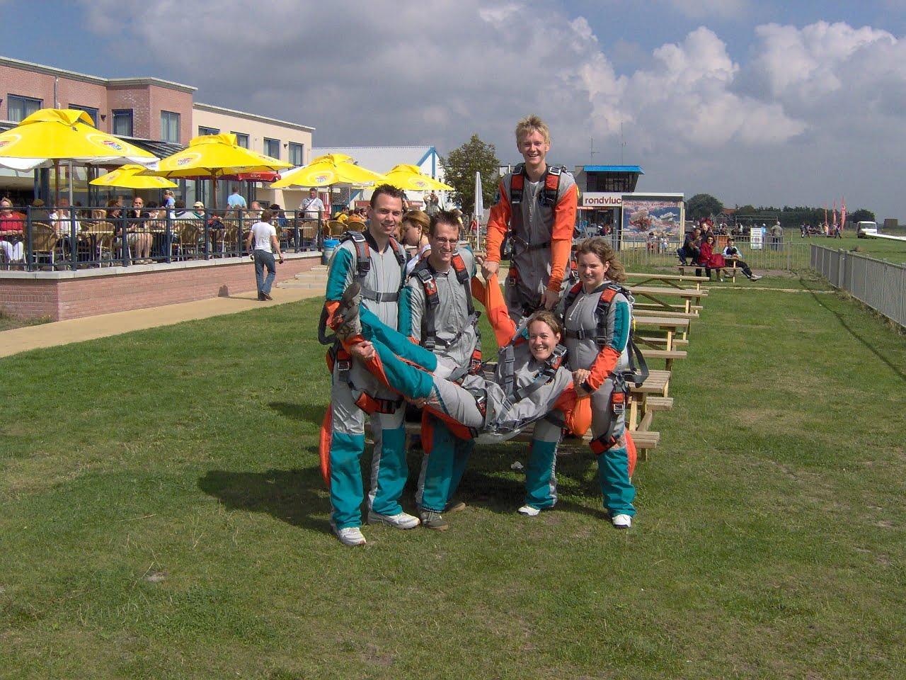Parachutespringen met de stam - Scoutinggroep De Voerman