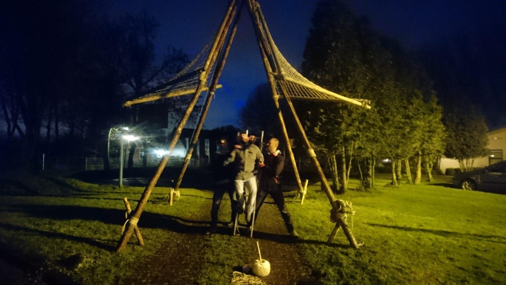 """Stam """"Valkenbroeders"""" die in een avond een poort hebben gebouwd voor Koningsdag 2017."""