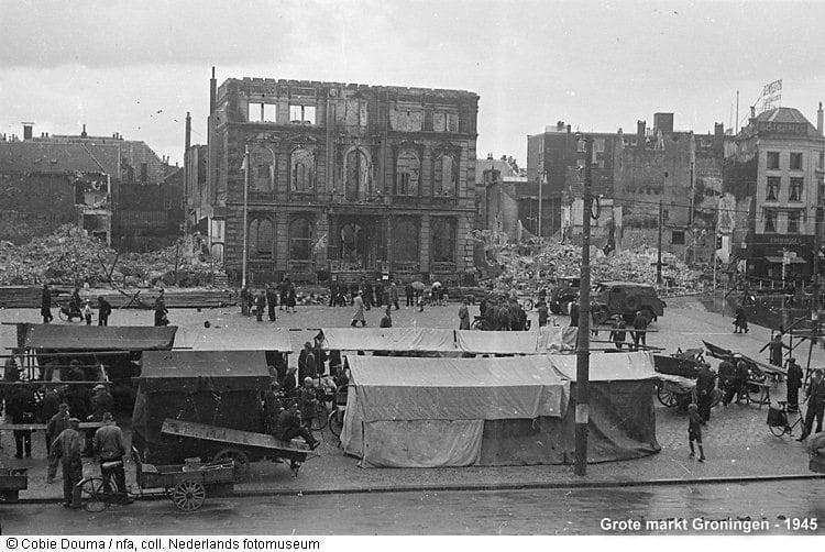De Grote Markt 1945 - Nederlands Fotomuseum